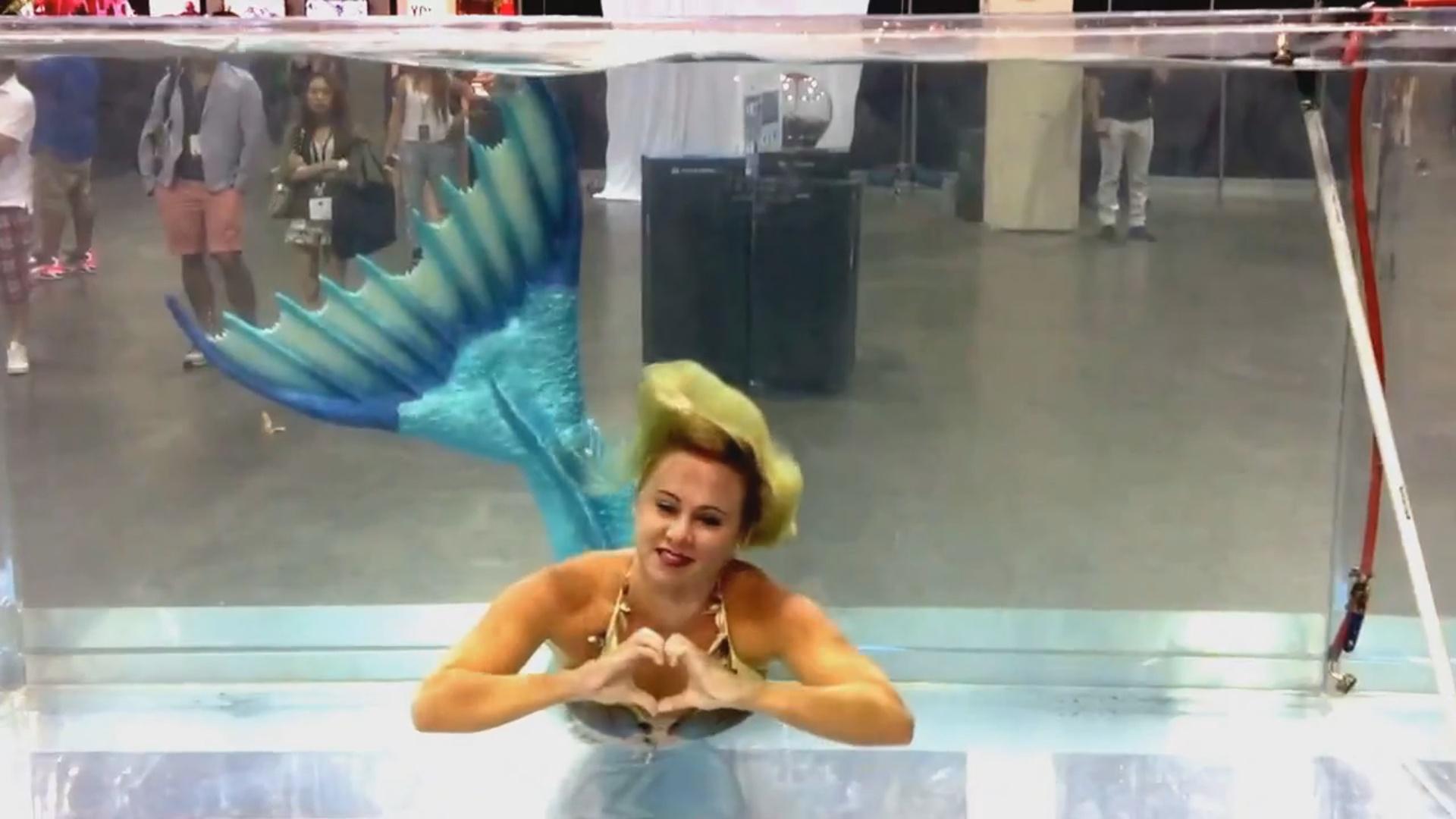 Русалка Мелисса плавает в аквариуме