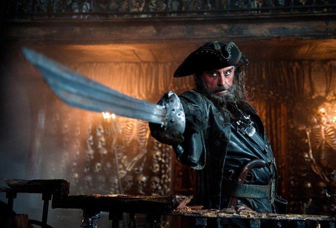 Пираты сражаются настоящим оружием