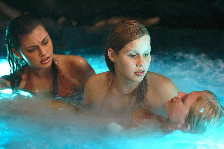 Эмма с подругами-русалками в лунном бассейне