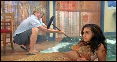 Льюис сначала не знал, что Клео русалка.