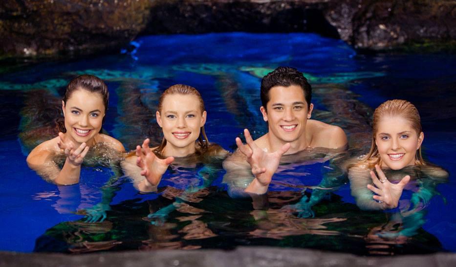 Лайла с другоми персонажами тайны острова мако
