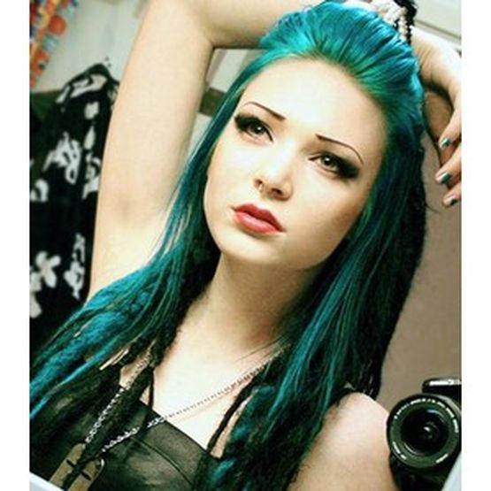 Волосы должны иметь зеленый или темный оттенок