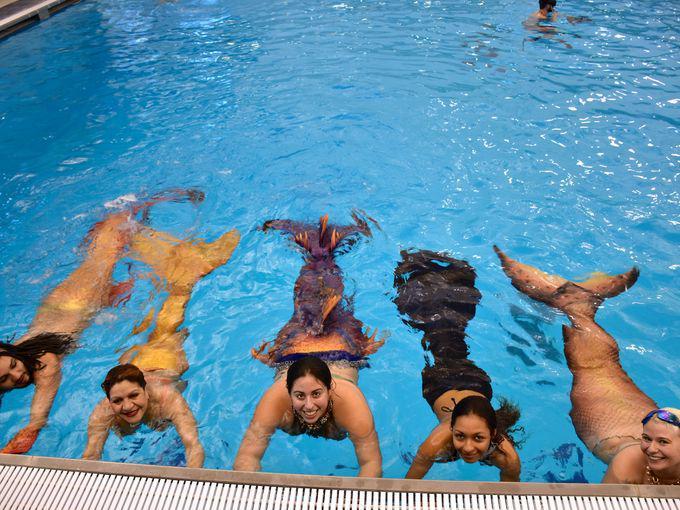 Русалки в бассейне