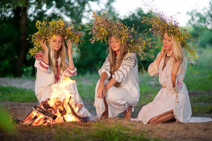 Девушки у костра на праздник Ивана Купалы