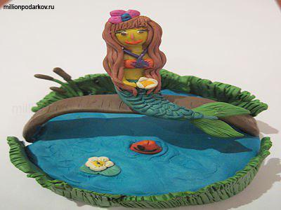 Русалка сидит в пруду