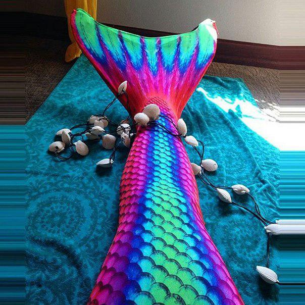 Хвост русалки Рубин подойдет для образа гавайской русалки как нельзя лучше