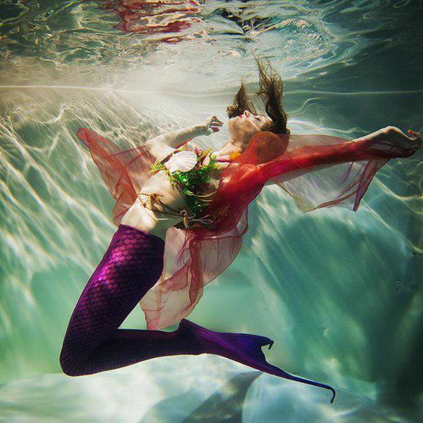 Тропическая русалка под водой