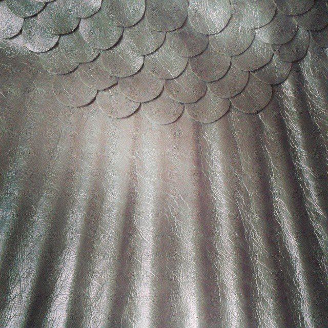 Чешуя может быть выполнена из кожзама или натуральной тонкой кожи или плотной клеенки