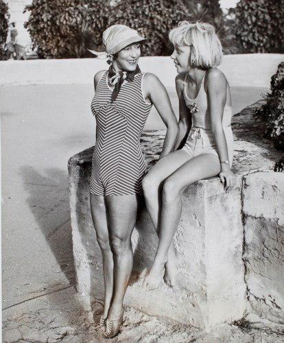 Аннет предложила заменить панталоны на купальные костюмы