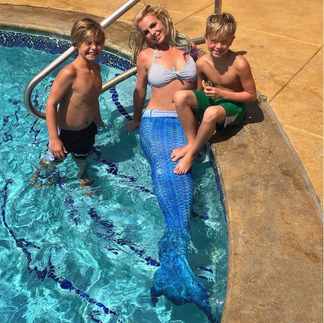 Бритни Спирс в хвосте русалки